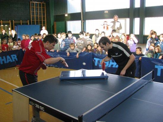 Andrzej Kaim und Erwin Mert begeistern die Kinder der GHS Lichtenau mit tollen Ballwechseln